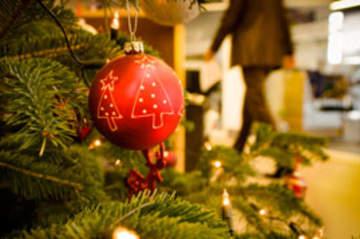 Foto vom Weihnachtsbaum mit Schmuck