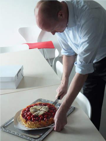 Geschäftsführer Oliver Bohl beim Tortenanschnitt