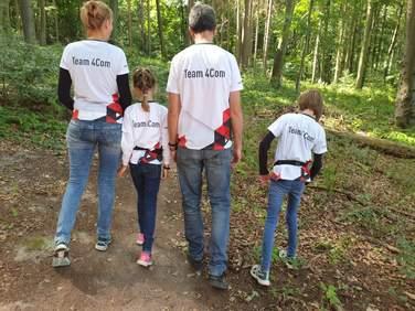 Foto von 4Com-Teilnehmern im Firmenshirt
