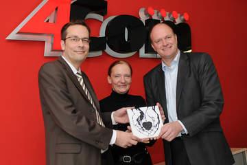 Ira Thorsting (mitte) bedankt sich bei Holger Klewe (links) und Oliver Bohl für die Weihnachtsspende und ?das große Herz für Kleine Herzen!?
