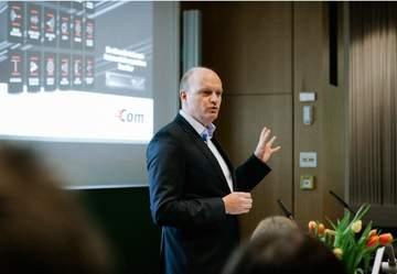 4Com-Geschäftsführer Oliver Bohl bei seinem Grußwort im Vortragsraum der Hochschule Hannover.