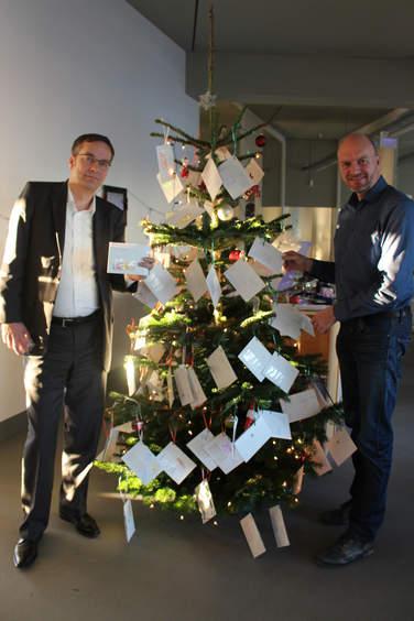 Insgesamt 110 Wunschzettel von bedürftigen Kindern und Jugendlichen füllten den 4Com-Wunschweihnachtsbaum.