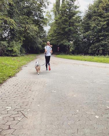 Foto einer 4com-Läuferin mit Hund
