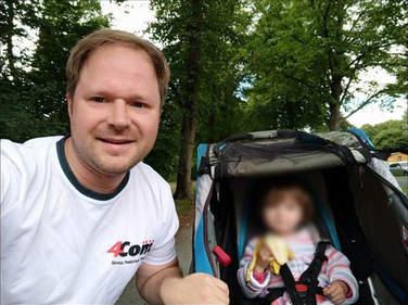 4Com-Läufer mit Kind