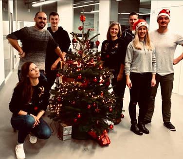 Der geschmückte Weihnachtsbaum bei 4Com in Hannover