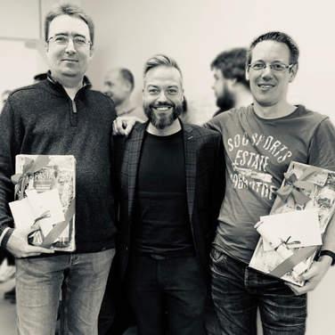 Foto der beiden Jubiläre mit 4Com-Geschäftsführer Rainer Holler