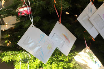 Geschrieben wurden die Wunschzettel von Kindern einer Kita sowie minderjährigen, unbegleiteten Flüchtlingen, die in einer Inobhutnahme-Stelle der Stadt Hannover untergebracht sind.