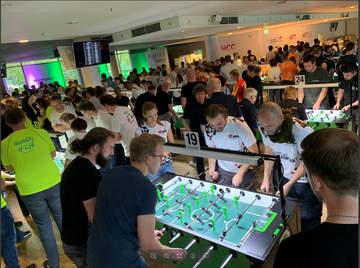 80 Firmen kickten an 34 DTFB-Bundesliga-Kickertischen für den guten Zweck in der HDI-Arena in Hannover.